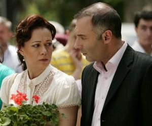 """Звездите от """"Листопад"""" днес – бурни връзки, сбъднати мечти  и още професионални успехи     Какво се случва в момента с актьорите в една от най-успешните турски продукции """"Листопад""""? Звездите от сериала, които зрителите на Диема Фемили могат да гледат всеки делничен ден от 22.00 ч., безспорно се превърнаха в емблематични имена за турското кино. Едновременно с това, след края на хитовата сага в Турция, те се посветиха и на други интересни занимания – пишат книги, учат история, преживяват щастливи и бурни връзки или просто се радват на бохемски живот.   Последното особено важи за 66-годишния Халил Ергюн, който винаги ще си остане Али Ръза, злощастният глава на многолюдната фамилия Текин. Именно участието му в """"Листопад"""" му позволи да сбъдне една своя мечта. Той си купи голяма красива къща /450 квадратни метра/ в истанбулския квартал Анадолухисаръ, от която се открива великолепен изглед към Босфора. Така известният ерген и бохем вече може да се отдаде на отдавнашното си желание да си почине и да прекарва повече време с приятели в любимите си заведения.   Освен че успешно продължава кариерата си на актриса, Дениз Чакър, която направи от своята Ферхунде нарицателно име за лоша и коварна жена, премина и през доста любовни изпитания. По време на снимките на """"Листопад"""" тя преживя бурна връзка с колегата си Нихат Алтънкая /Левент/. Сега обаче играе главната роля в един от най-рейтинговите сериали """"Иффет"""", където отново на снимачната площадка срещна и се влюби в сегашния си партньор Ибрахим Челиккол. Бурна остава и връзката на турската Моника Белучи – актрисата Фахрие Евджен /Неджля/ с известния турски певец, актьор и режисьор – Йозджан Дениз, когото зрителите на Нова телевизия познават от сериала """"Млечният път"""". Двамата ту се разделят, ту се събират, но Йозджан повери на любимата си главната роля в новия филм, който снима """"Ти си моят дом"""". Веднага след """"Листопад"""" Фахрие, която е родена в Германия и знае четири езика, се върна в Босфорския университет, където учи история. От д"""