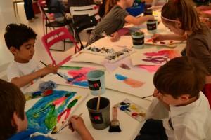 Хубен Черкелов рисува с децата от Арт училище