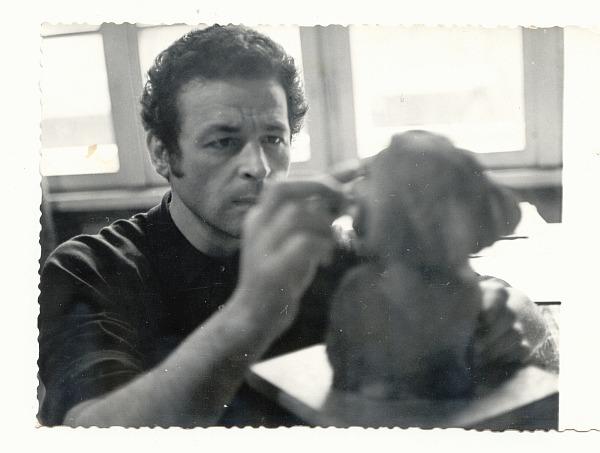 Тодор Цонев в ателието си, 70-те год.